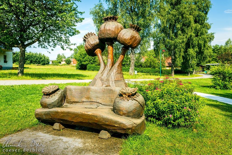 Mohnument von Holzschnitzer Martin Vollgruber im Mohndorf Armschlag