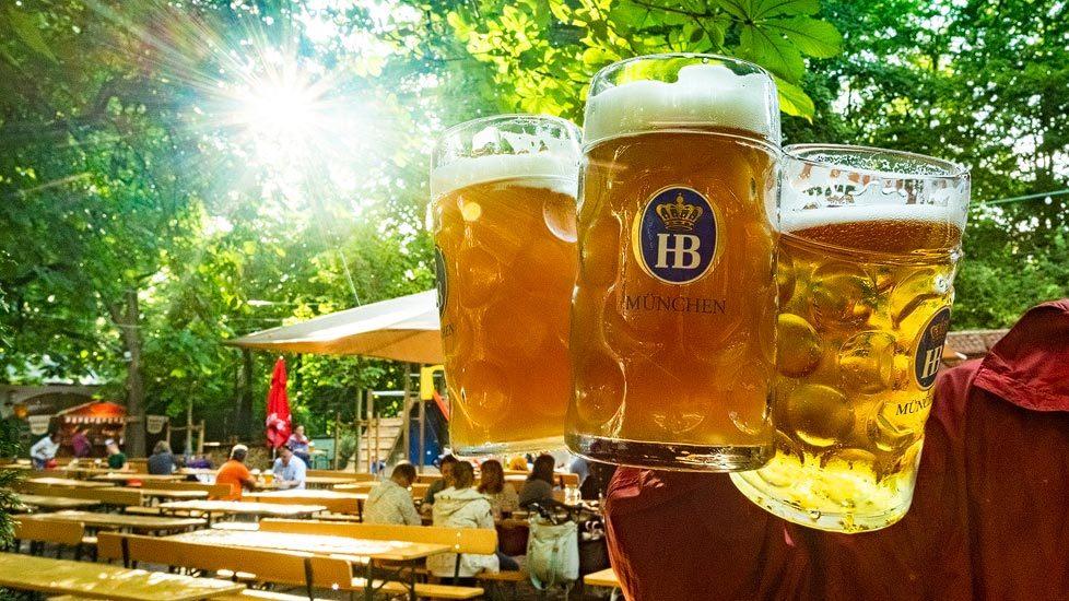 Drei Maß Bier im Hofbräuhauskeller in München