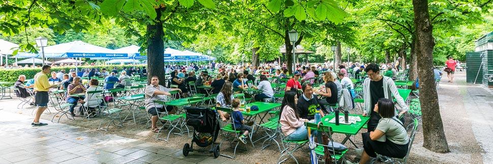 Biergarten am Chinesischen Turm im Englischen Garten in München