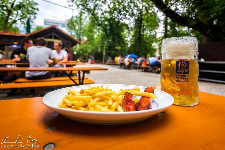 Bratwurst, Pommes Frites und eine Maß Bier im Biergarten Augustiner-Keller in München