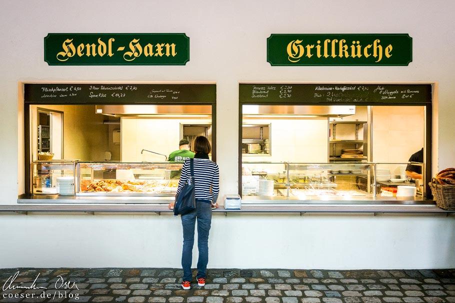 Speisenausgabe im Biergarten Augustiner-Keller in München
