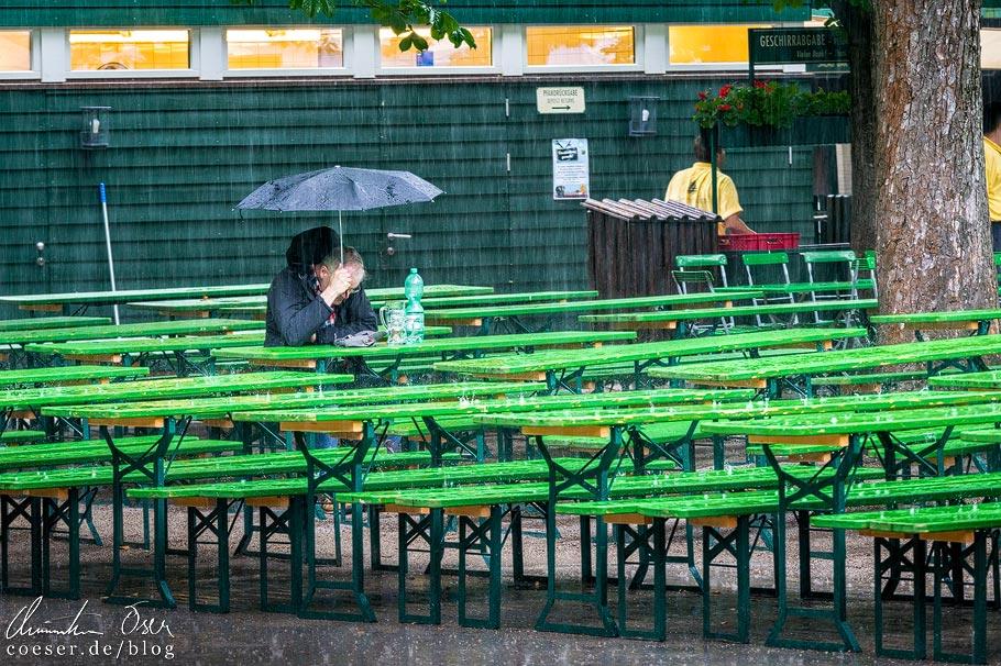 Regen im Biergarten am Chinesischen Turm im Englischen Garten in München