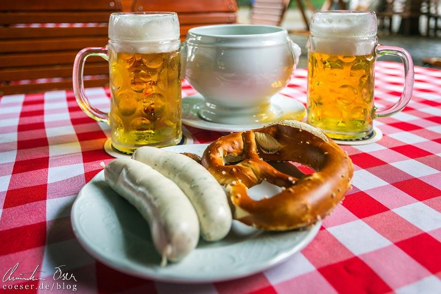 Weißwurst mit Brezn und Augustinerbier im Biergarten am Viktualienmarkt in München