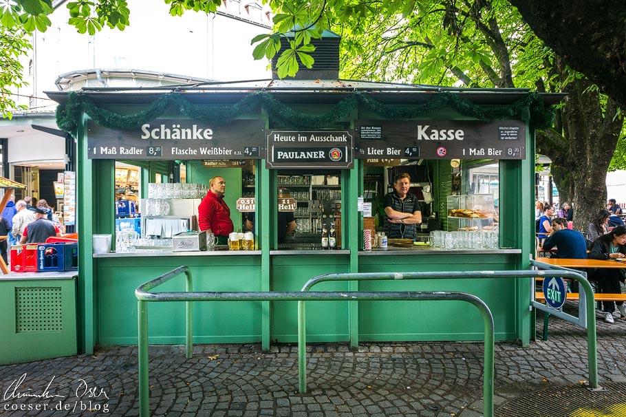 Ausschank im Biergarten am Viktualienmarkt in München