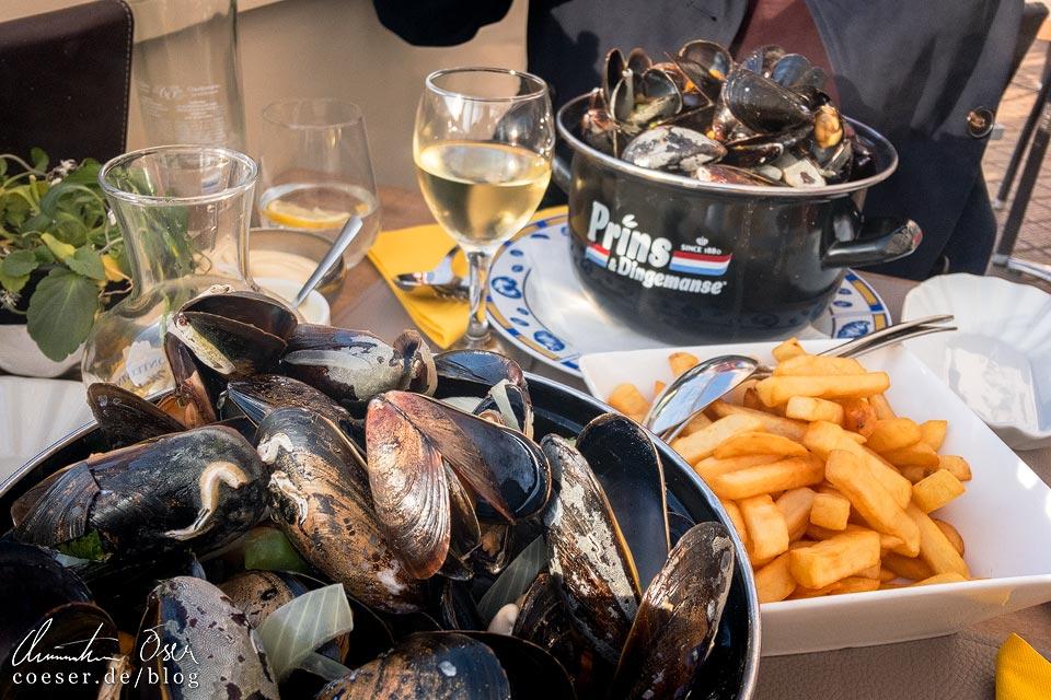 Moules-frites im Strandrestaurant Diplomat in Oostende in Belgien