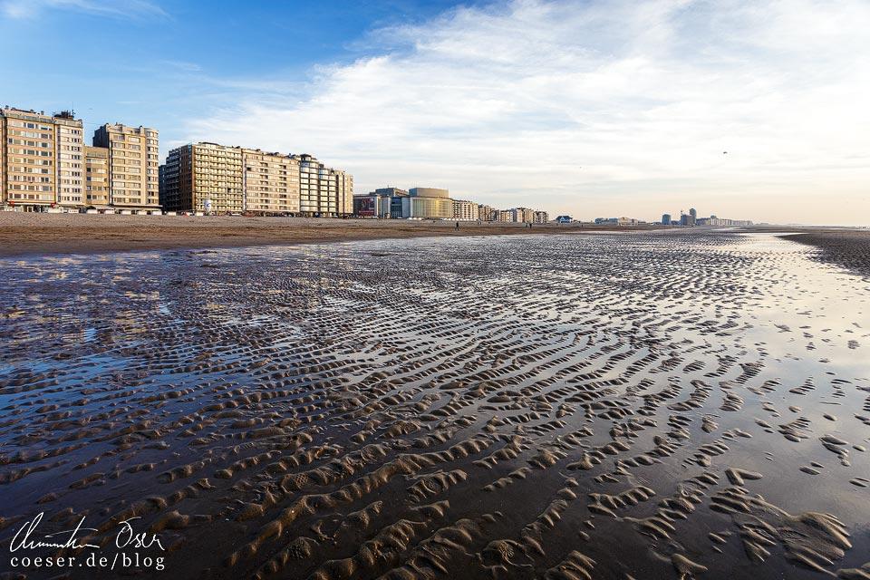 Ebbe an der Strandpromenade von Oostende in Belgien