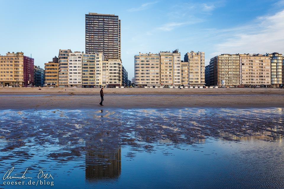 Spiegelung der Hochhäuser entlang der Strandpromenade in Oostende in Belgien