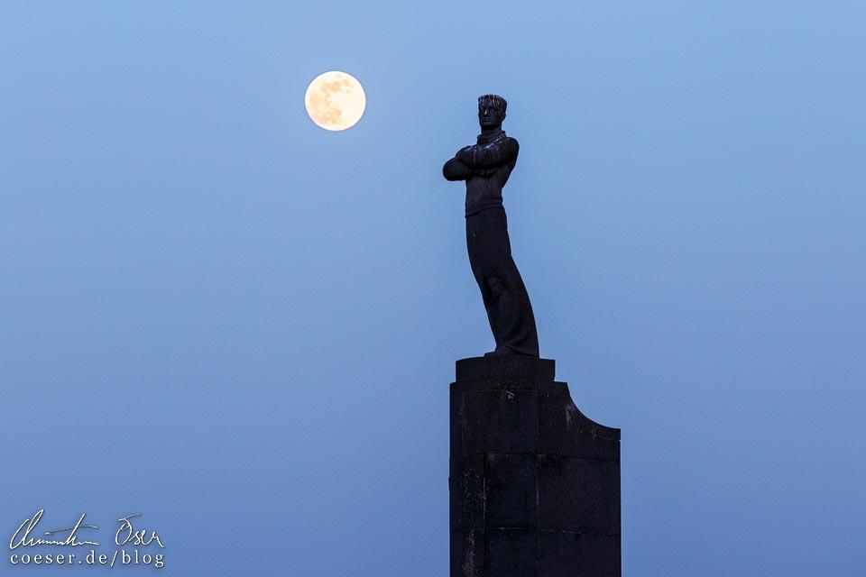 Vollmond über dem Seeleute-Denkmal (Zeeliedenmonument) in Oostende in Belgien