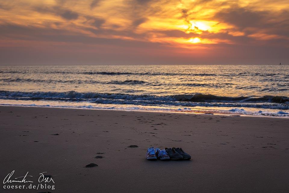 Schuhe im Sonnenuntergang auf dem Strand von Oostende in Belgien