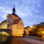 Das beleuchtete Alte Rathaus in Bamberg nach Sonnenuntergang