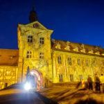 Das beleuchtete Alte Rathaus in Bamberg