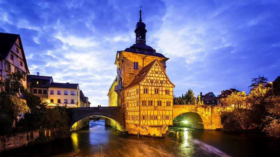Beleuchtetes Altes Rathaus von Bamberg nach Sonnenuntergang
