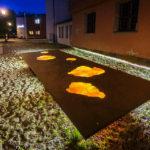 Das beleuchtete Hexenmahnmal in Bamberg