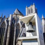 Die alte beschädigte Glocke Roeland vor der St.-Nikolaus-Kirche von Gent
