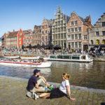 Menschen entspannen auf den Uferterrassen Graslei und Korenlei in Gent