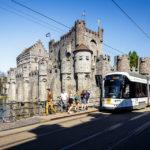 Eine Straßenbahn vor der Wasserburg Gravensteen in Gent