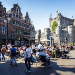 Blick vom Platz Sint-Veerleplein auf die Wasserburg Gravensteen in Gent