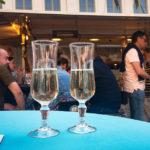 Zwei Gläser Cava auf dem Groentenmarkt in Gent