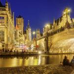 Blick auf die beleuchtete St.-Michael-Brücke und die Genter Dreiturmreihe