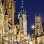 Blick auf die beleuchtete Genter Dreiturmreihe