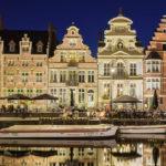 Beleuchtete Zunfthäuser auf den Uferterrassen Graslei und Korenlei in Gent