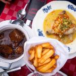 Vlaamse Stoverij (eine Art Rindergulasch) und Waterzooi (Eintopf mit Hühnerkeule und Gemüse) im Restaurant Sint-Jorishof in Gent