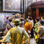 Touristen vor einer Kopie des Genter Altars in der St.-Bavo-Kathedrale in Gent