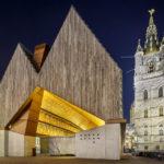 Beleuchtete Stadthalle (Stadshal) und der Belfried von Gent