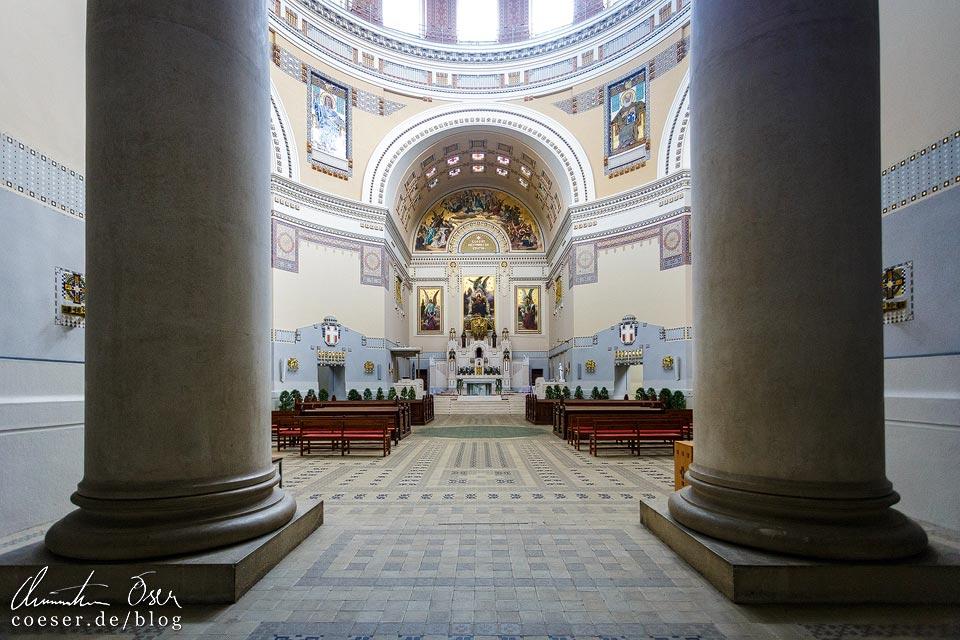 Innenansicht der Luegerkirche (Karl-Borromäus-Kirche) am Wiener Zentralfriedhof
