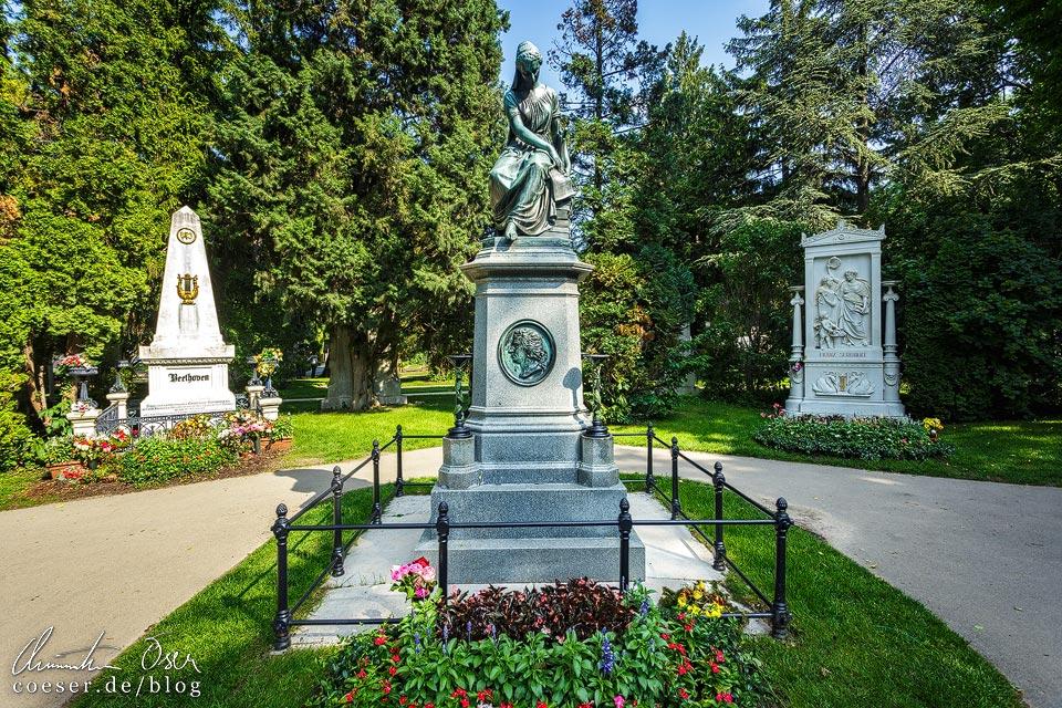 Gräber von Beethoven und Schubert sowie Mozart-Denkmal auf dem Wiener Zentralfriedhof