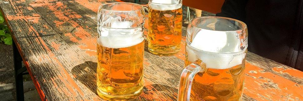 Drei Maßkrüge in einer Brauerei in Bamberg