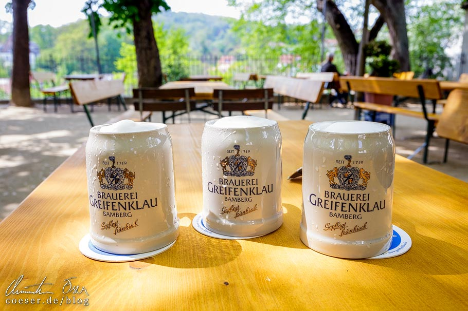 Bierkrüge im Biergarten der Brauerei Greifenklau in Bamberg