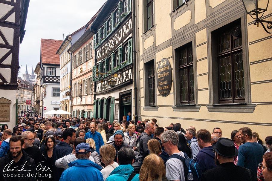 Menschen vor der Rauchbierbrauerei Schlenkerla in Bamberg