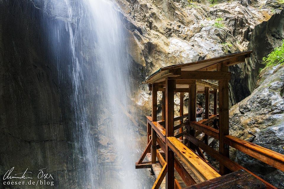 Wasserfall und Holzbrücke in der Sigmund-Thun-Klamm in Kaprun