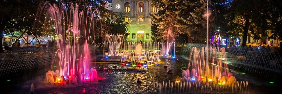 Der bunt beleuchtete Singende Brunnen in Košice