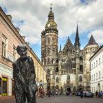 Statue des ungarischen Malers Július Jakoby vor dem Dom der Heiligen Elisabeth in Košice