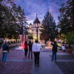 Touristen vor dem bunt beleuchteten Singenden Brunnen vor dem Staatstheater Kaschau in Košice