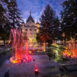 Der bunt beleuchtete Singende Brunnen vor dem Staatstheater Kaschau in Košice