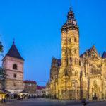 Der beleuchtete Urban-Turm und der Dom der Heiligen Elisabeth