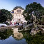 Spiegelung des Staatstheaters von Košice im Zeichenbrunnen