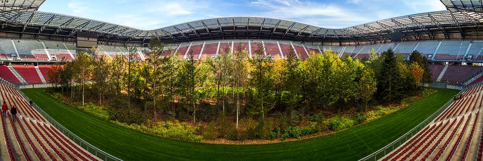 Panorama der Kunstinstallation FOR FOREST im Wörtherseestadion in Klagenfurt