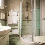 Bad im Doppelzimmer im Hotel Hudelist in Krumpendorf am Wörthersee