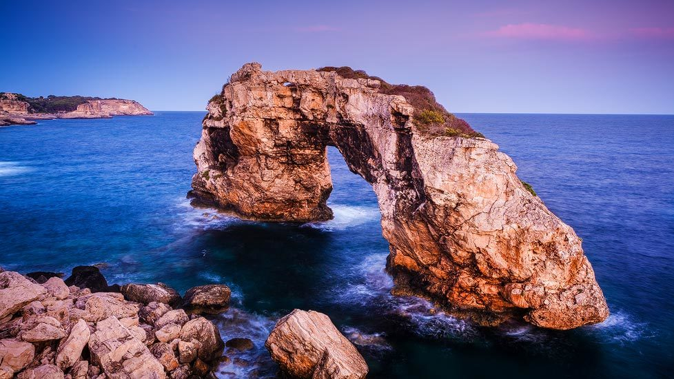 Felsentor Mirador Es Pontàs nach Sonnenuntergang auf Mallorca