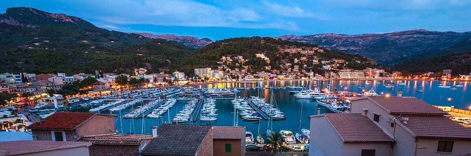 Blaue Stunde im Hafen von Port de Sóller auf Mallorca