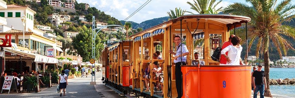 Straßenbahn im Hafen von Port de Sóller auf Mallorca