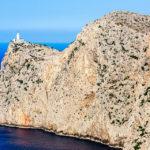Ausblick auf den Leuchtturm an Ende des Cap de Formentor