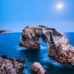 Das Felsentor Mirador Es Pontàs und der Mond während der Blauen Stunde