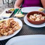 Calamari fritti und Garnelen in Knoblauch im Restaurant HAM in Port de Sóller
