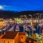 Der beleuchtete Hafen von Port de Sóller