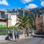 Die Stadt Sóller vor dem Tramuntanagebirge von Mallorca